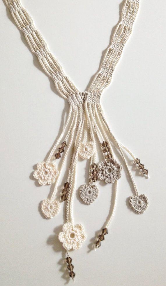 Collar largo realizado en crochet.  Hecho con hilo de algodón 100%.  Crochet flores, corazones y perlas de vidrio como motivos ornamentales.  Aprox. 62 cm de longitud.  Todas mis creaciones son uno de los tipos.