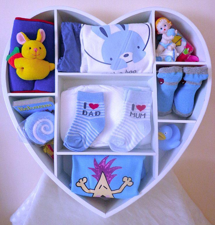 Geboorte jongen: Groot houten hart met verschillende leuke cadeautjes.