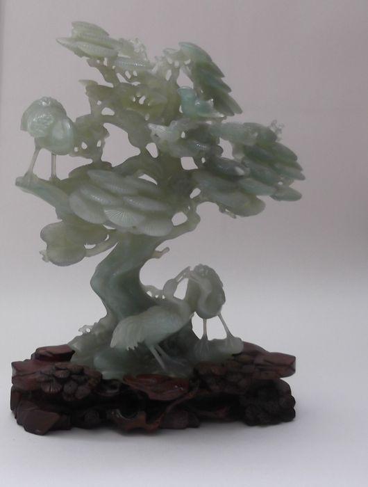 Online veilinghuis Catawiki: Lichtgroen jade sculptuur van een boom op bewerkte houten sokkel - China - tweede helft 20e eeuw