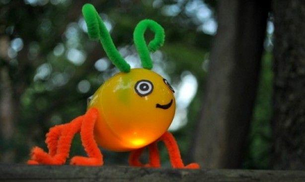 Vuurvliegje zelf maken van een plastic eitje { snoep } chenilledraad en een glowstick.