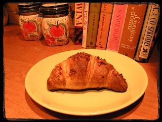 Croissant z pysznym migdałowym nadzieniem.