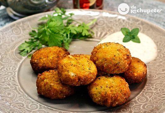 El faláfel es un plato hecho con garbanzos o habas, muy típico de la cocina árabe. Una receta vegetariana, 100% libre de gluten, saludable y muy fácil de preparar. by lucinda
