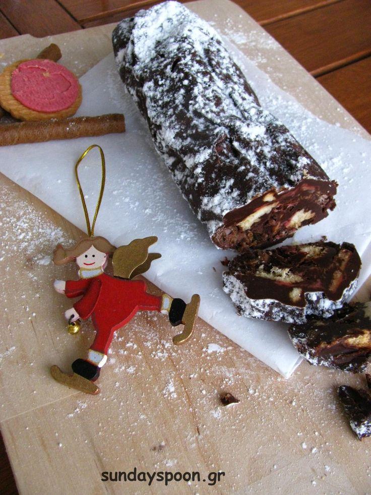 Σοκολατένιος κορμός με γεμιστά μπισκότα και πουράκια • sundayspoon