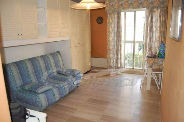 Bord de mer, résidence avec piscine ,à vendre studio en bon état, proche gare, 1er étage, 28 m², vue jardin. Parking sous-sol.