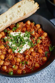 Chili con Carne mit Kichererbsen {schnell & einfach} | TIPP: für eine vegetarische Variante Hack durch Quinoa, Bulgur, o.ä. ersetzen| Chili con Carne with Chickpeas | Rezept auf carointhekitchen.com | #chili #stew #eintopf #schnell #einfach #lecker #hackfleisch #kichererbsen #ground #beef #chickpeas