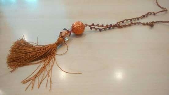 Collana uncinetto realizzata con un filo di seta, mouliné lamé e biconi swarovski
