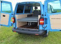 VW T5 Ausbau mit Schlafsitzbank und schlanken Sideboards auf beiden Seiten