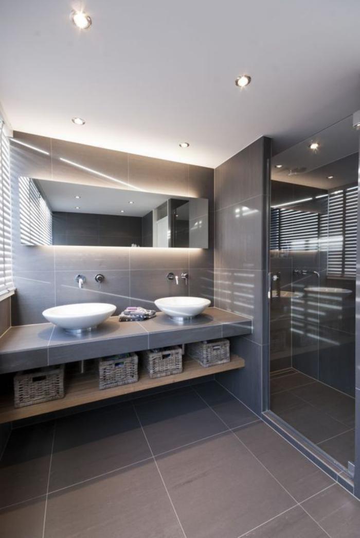 Le carrelage gris est une idée moderne pour votre salon et entrée mais surtout pour la salle de bain. Il est élégant et donne aux espaces un style neutre.