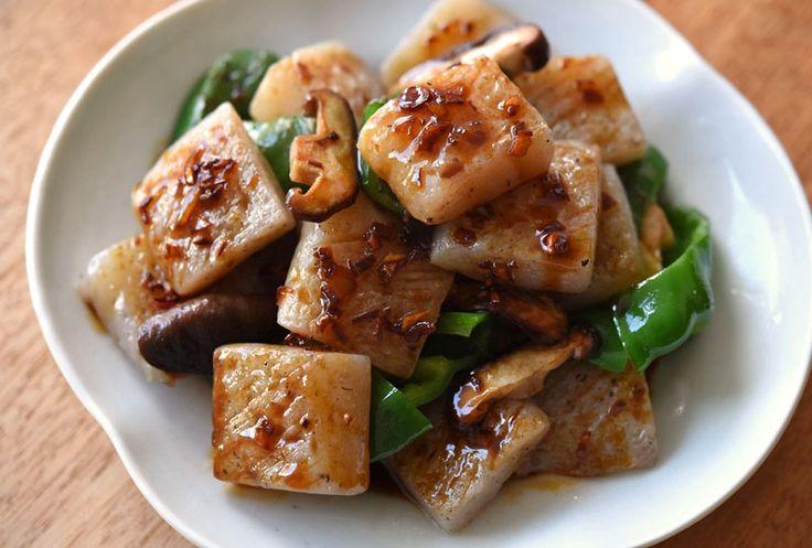 """いちばん丁寧な和食レシピサイト、白ごはん.comの『こんにゃくステーキの作り方』を紹介しているレシピページです。こんにゃくをメインのおかずでおいしく食べる!このことにとことんこだわって、たどり着いたのが""""にんにくバター醤油""""。こんにゃくの下ごしらえも大切なポイントなので、ぜひ合わせてチェックしてみてください!"""