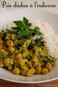 Ingrédients pour 2-3 personnes: 230 g de pois chiches déjà cuits 80 g d'épinards (frais ou congelés) 1 oignon blanc 1 gousse d'ail 1 c. à s. de gingembre frais haché 1 c. à c. de curcuma 1 c. à c. de curry doux 1/2 c. à c. de coriandre en poudre 1/2 c. à c. de graines de cumin 3 c. à s. d'huile d'olive 50 ml de crème de soja 50 ml de lait de coco Sel Poivre 200 g de riz basmati + 400 ml d'eau salée pour la cuisson Persil plat fraîchement haché