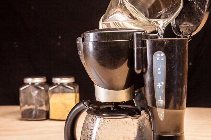 As cafeteiras elétricas precisam ser limpas mensalmente para remover os depósitos minerais da água dura, resíduos dos óleos do café que se tornam rançosos e outras impurezas. Lavar a jarra externa não exclui todo o resto: como ficam os comp...