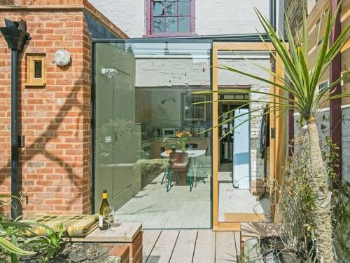 Smugglers Cottage Margate Set 600 metres from Dreamland Margate in Margate, this holiday home features free WiFi.  There is a dining area and a kitchen equipped with dishwasher. There is a private bathroom with a bath or shower.
