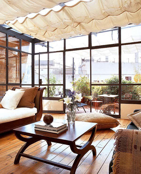 Terraza acristalada. Convierte la terraza de un ático en un espacio integrado en la vivienda del que puedas disfrutar todo el año con un cerramiento inteligente.