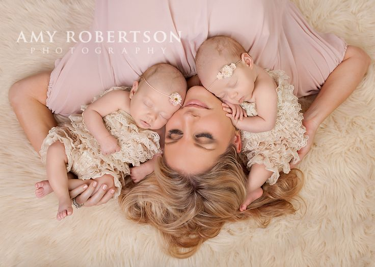 I will have to do a picture like this with my twin boys! www.amyrobertsonphotography.com