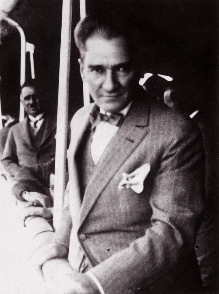 """Atatürk'ün gömlekçisi Petro Martino hâtıralarını şöyle anlatıyor: """"Ponje ipekten başka gömlek giymezdi ve yerli sanayi kuruluncaya kadar da gömlekleri Japonya'dan, Fransa'dan gelirdi. Ondan s…"""