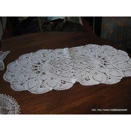 ref 074 prix 10.00 euros Chemin De Table Crochet Fait Main Dimension 39x65