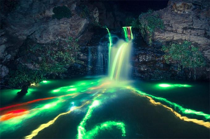 Sean Lenz e Kristoffer Abildgaard tiraram fotos de longa exposição, no momento em que soltavam bastões luminosos em uma cachoeira no norte da Califórnia.