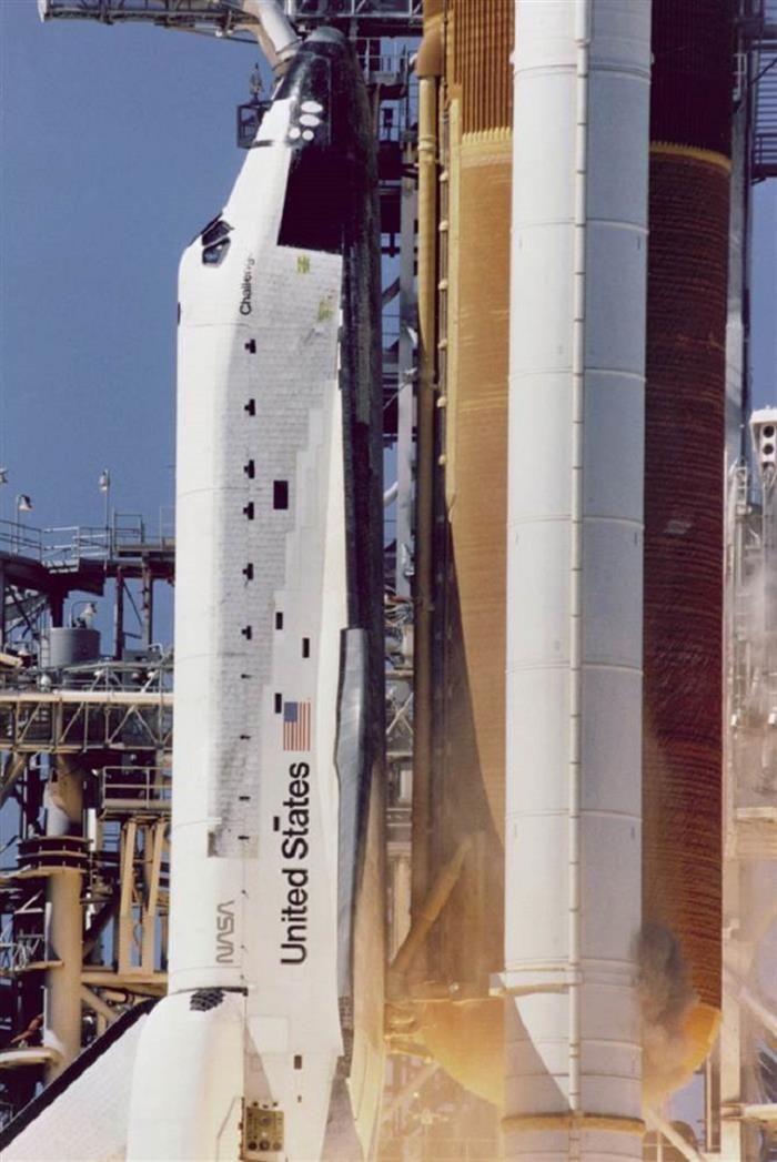 1986: El transbordador Challenger. Observa  el humo de color marrón que se ve en la parte inferior derecha, que indica una fuga que pudo conducir a la explosión fatal.