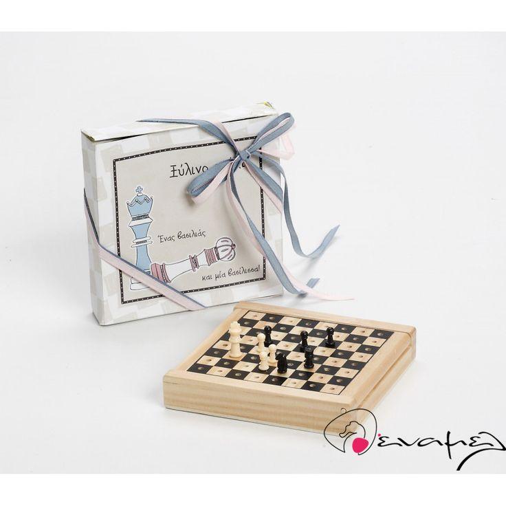 Μπομπονιέρα σκάκι ξύλινο  Διαστάσεις : 12*12*2εκ    Η τιμή αφορά δεμένη έτοιμη μπομπονιέρα με κουφέτα Χατζηγιαννάκης τυλιγμένα σε ζελατίνη ζαχαροπλαστικής - τούλι και κορδέλα σε χρώμα της επιλογής σας.