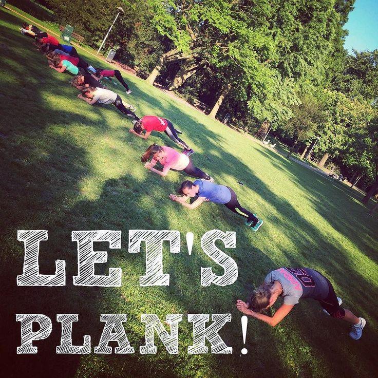 Waar is 'ie niet goed voor!? De plank! Goed voor je core je houding en eigenlijk je hele lichaam! Ode aan dit mooie rijtje plankers in het avondzonnetje #buitengewoonfit #bgf #bootcamp #outdoortraining #training #workout #fitness #planking #bootcampers #sunshine #instafit #grouptraining by buitengewoonfit