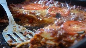 Para o molho vermelho - 4 tiras de bacon defumado - 2 cebolas médias - 2 dentes de alho - 2 colheres de chá de orégano seco - 600g de carne moída de boi - 4 latas (400g cada) de tomates picados (ou então você pode utilizar molha pronto de garrafa que vende no mercado, mas acho mais saboroso trabalhar com pedaços de tomate nesse molho) - Sal marinho - Pimenta-do-reino - Manjericão fresco - Alecrim - Óleo de oliva - - Para o Molho Branco - 1 litro de leite - 1 ramo de salsinha...