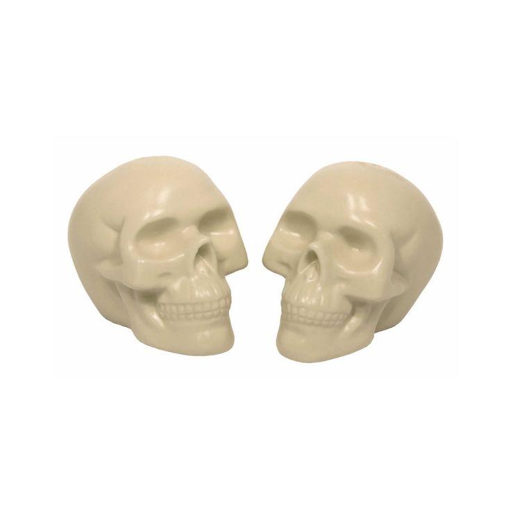 """Ajoutez une touche ludique et """"mortel"""" à votre déco sur table avec ces salières/poivrières en forme de crâne!"""