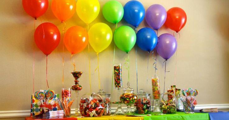 Toma nota de estas ideas que te permitirán montar una candy bar o mesa de postres multicolor. Dependiendo del tema de tu fiesta, puedes hace...