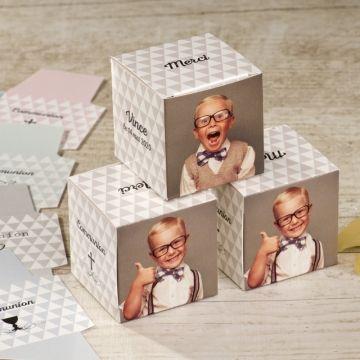 Cette boîte à dragée communion cube patchwork est idéal pour remercier les invités de leur présences. Originale et moderne, modifiez 2 faces ducube à l'aide de vos photos. Ajoutez ensuite le texte et le motif de votre choix.Ce modèle est disponible en 5 coloris : bleu, menthe, gris, rose et
