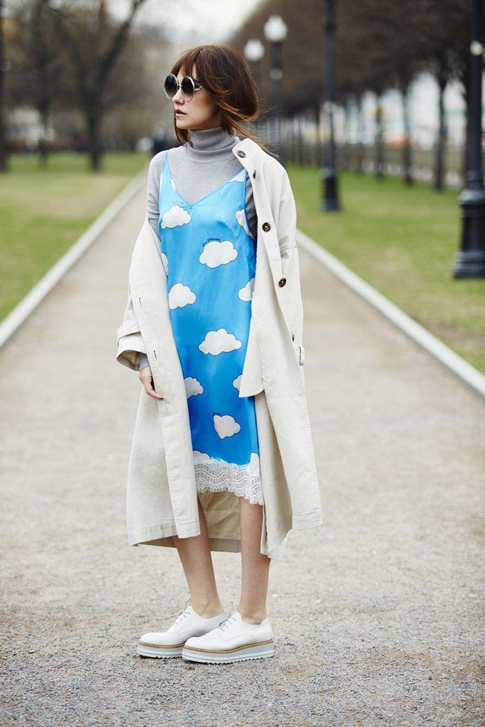 Платье-комбинация или топ с кружевом - то, без чего не обойтись в этом сезоне. Носите с футболк,  водолазк или рубашк. Это уже базовые вещи, время их жизни в гардеробе не определяется яркими вспышками тенденций, и сочетание платье-комбинации с косухой или жакетом oversize давно можно назвать классикой. Необычная обувь в мужском стиле станет лучшим дополнением. Попробуйте носить не платья-комбинации с отделкой кружевом, а более базовые сарафаны или топы на бретельках с белыми простыми…