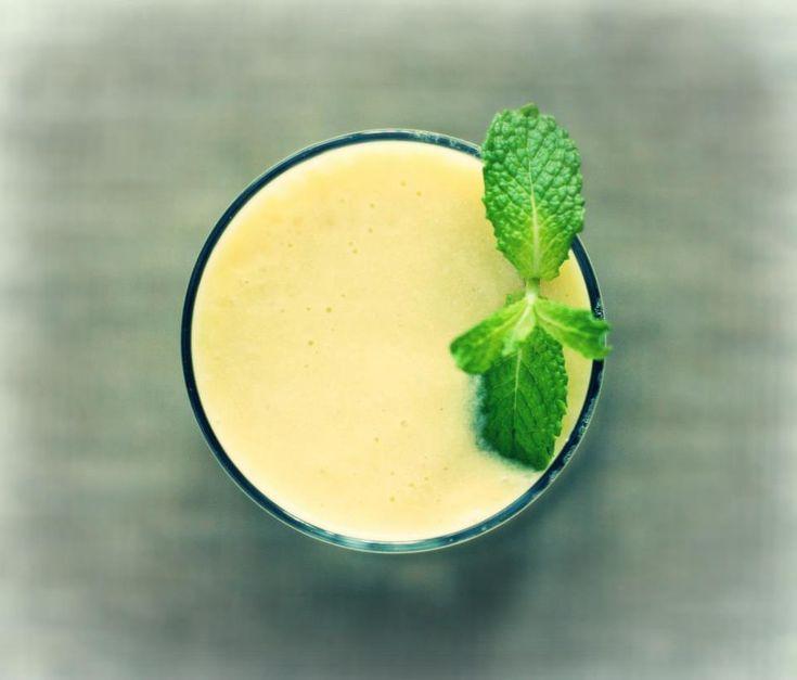 Superfood smoothie recept met amandel of hennepmelk, banaan, mangostukjes, kokosolie en Maca poeder