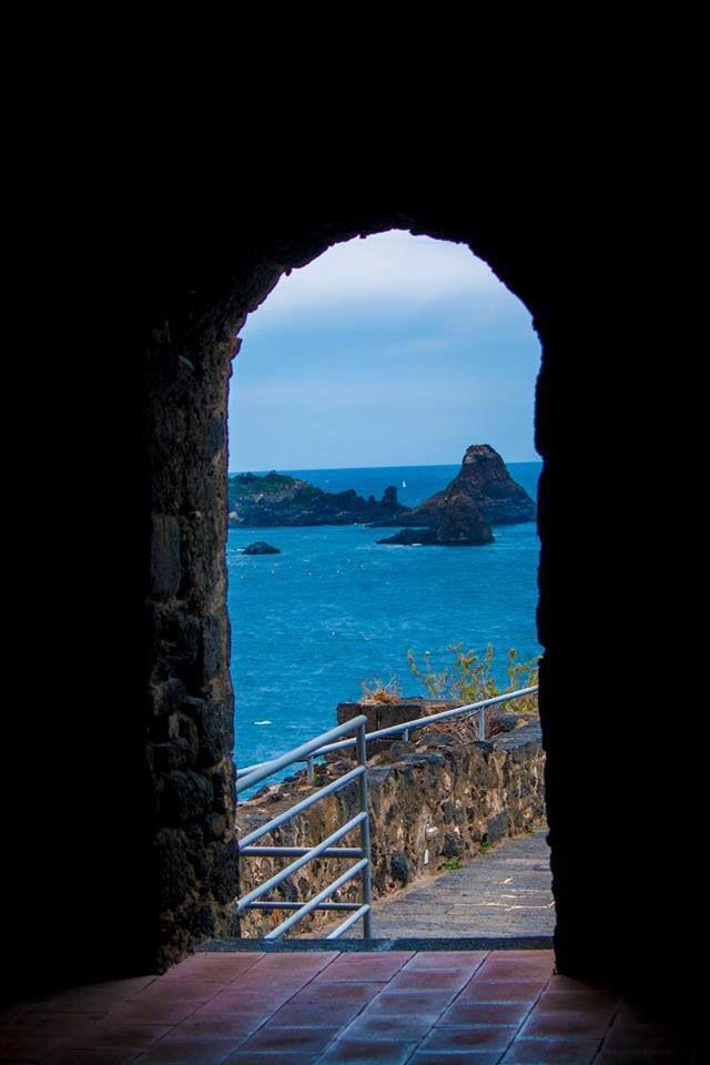 I faraglioni di Acitrezza dal castello normanno di Acicastello, Catania Sicilia