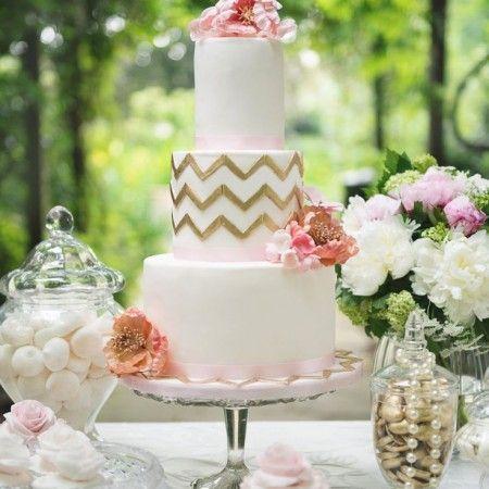 Chevron en dorado para esta tarta de bodas