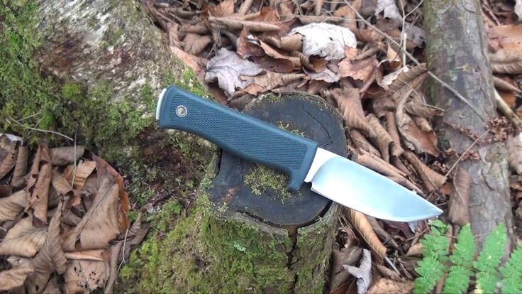 Tactical testar taktisk kniv Knv2. Han gör fjädersticka, täljer, bryttestar spetsen, klyver och hugger med kniven. Ett kort men komplett test av kniv Knv2