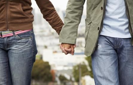 Unioni civili, a Milano arriva il registro.  Le coppie, omo o eterosessuali, potranno richiedere l'iscrizione, ottenendo un attestato che garantisce diritti uguali a chi è sposato, ma solo sui servizi municipali