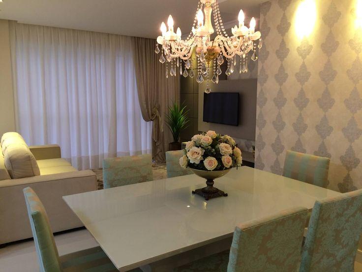Adorei o lustre, a mesa branca com vidro sobreposto, o papel de parede, e mais ainda o cachepô de rosas em cima da mesa! Lindo!