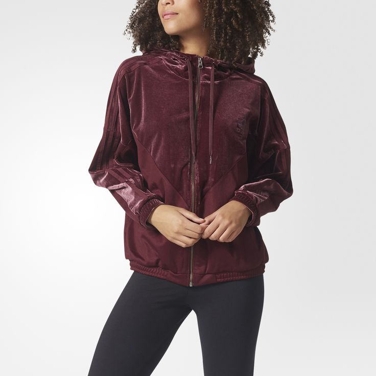 Velvet meets the streets to create the stylish urban look of this women's hoodie. It reimagines the famous lines of the Colorado jacket with premium velvet panels for a luxurious feel. Sporty piqué brings a textured contrast, and the oversize fit gives off casual, trendy vibes.