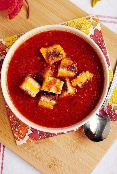 Томатный суп с сырными гренками Ингредиенты: - 1,2 кг помидоров, разрезать вдоль пополам - 2 ст.л. оливкового масла - соль и перец - 4 зубчика чеснока - 1/4 ч.л. сушеного тимьяна - 1/4 ч.л. измельченного красного перца хлопьями - 1 л куриного или овощного бульона - 8 ломтиков чиабатты (или хлеб по выбору) - размягченного сливочного масла - 8 ломтиков сыра чеддер Приготовление: 1. Разогреть духовку до 200 градусов. Слегка смазать маслом противень. 2. Половинки помидоров выложить на противень…