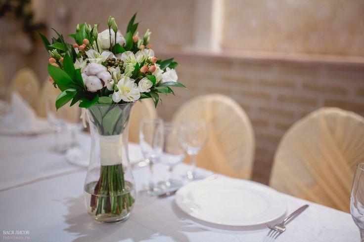 Зимний букет невесты: хлопок, рускус, розы, эустомы, гиперикум и альстромерии.