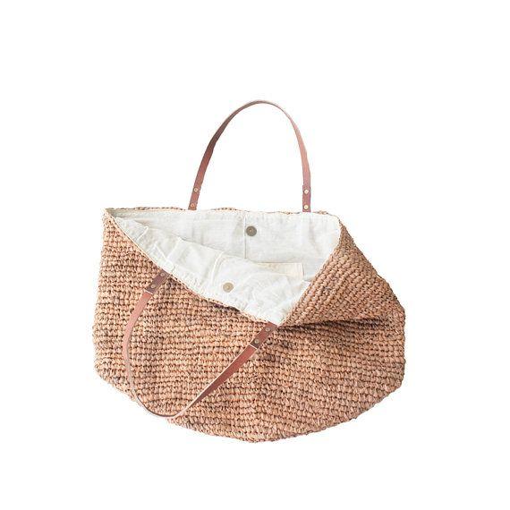 Packen Sie Ihre Sommer-wesentliche im Moos lebendige Tote Stroh. Stilvolle und geräumige Strandtasche in einer schönen Pfirsich Farbe.  Brauch in künstlerischen Detail handgefertigt, verfügt es über einen dichten und dauerhaften Stroh/Bast Stoff für die Mieder und stabilen Lederriemen mit Nieten befestigt. Sie planen mit einem magnetischen Verschluss können Sie sicher sein, dass Ihre wertvollsten Besitztümer sicher versteckt Weg für einen Ausflug an den Strand oder sonstwo zu wandern. Innen…