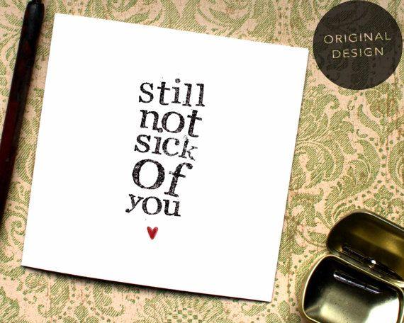 Dus we niet ziek van hen toch zijn... de perfecte anti-sentimenteel Valentine Card! Voeg sommige humor dit jaar aan de 14e met deze grappige kaart!  ** F R E E - C EEN R D ** Koop 5 BeeCard en ontvang een gratis! Woohoo! Gewoon uw gekozen kaarten toevoegen aan uw winkelwagentje en gebruik de code 5CARDS bij de kassa te ontvangen uw 5de kaart GRATIS! *  ** C H O O S E - Y O U R - D E S IK G N ** Of u liever alleen de illustratie, onze oorspronkelijke ontwerp of wilt toevoegen van uw eigen…