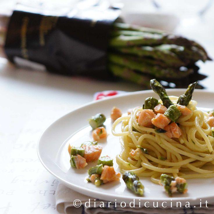 Ricetta pasta asparagi e salmone. Le ricette con gli asparagi non mi mancano (clic), eppure ogni volta mi mettono in crisi. Li compro,