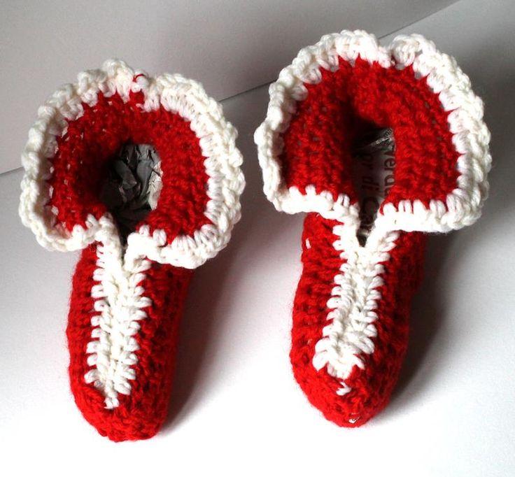 Meravigliose babbucce rosse e bianche realizzate a mano all'uncinetto