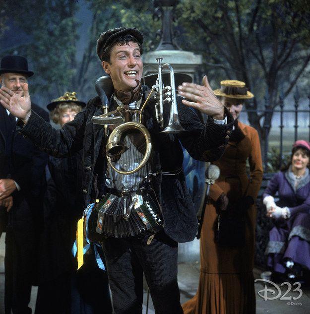 Mary Poppins, Bert lo spazzacamino canta un valzer di Robert Sherman accompagnandosi con un tamburo sulle spalle. Artista di strada, uomo orchestra, one man band. Suonar ballando.