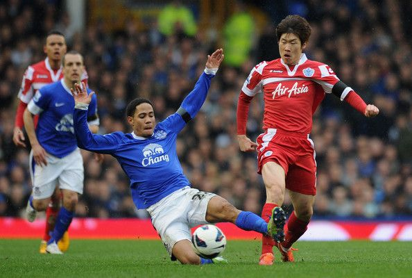 Ji-Sung Park Photos - Steven Pienaar of Everton challenges Ji-Sung Park of Queens Park Rangers during the Barclays Premier League match between Everton and Queens Park Rangers at Goodison Park on April 13, 2013 in Liverpool, England. - Everton v Queens Park Rangers - Premier League