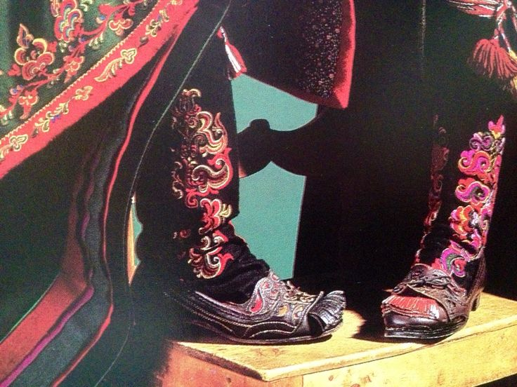 Shoes (Dufsesko) and Socks with Embroidery from Telemark is used for National Costumes (Bunad) from East Telemark, Norway