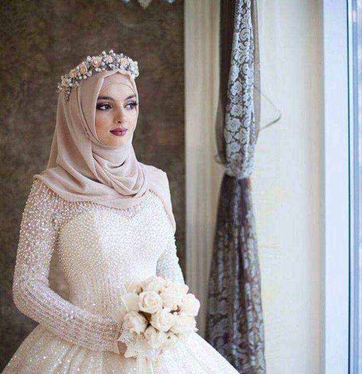 Девушки в свадебных хиджабах