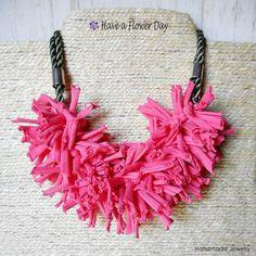 Collares cortos - Collar grande trapillo reciclado. Collar rosa. - hecho a mano por HaveaFlowerDay en DaWanda