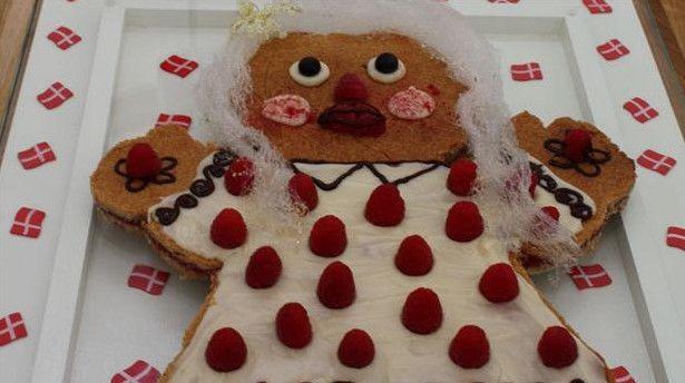 Kagekone af hindbærsnitte Fødselsdagskagen alle børn vil elske. Sprøde mørdejsbunde lagt sammen af søde hindbær.