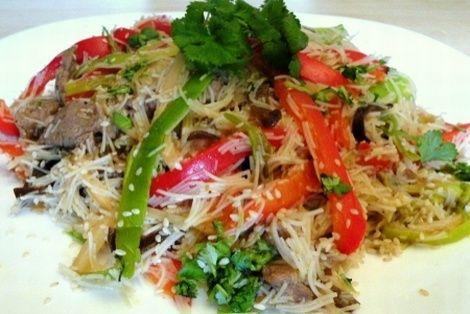Makaron po Chińsku z Warzywami to wspaniała prosta w przygotowaniu chińska potrawa. Jeśli ktoś jeszcze nie przygotowywał chińskich dań, polecamy zacząć właśnie od tego