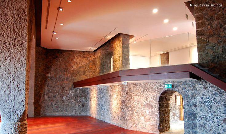 En ocasiones, los #edificios terminan cumpliendo una función muy diferente de aquella por la que fueron concebidos. Algunos #inmuebles son despojados de la misión bélica que les fue adjudicada en un principio, y se convierten en baluarte #cultural. Eso le ha pasado al castillo de San Felipe, en Puerto de la Cruz (Tenerife). La última reforma, proyectada por el estudio Gag-Ajah Arquitectos y terminada este año, ha adaptado el edificio a necesidades más actuales.